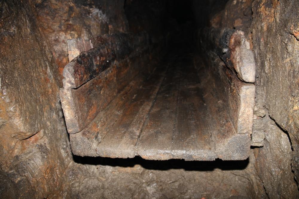 Zabytkowe drewniane koryta odkryte w trakcie udrażniania Sztolni<p alt=